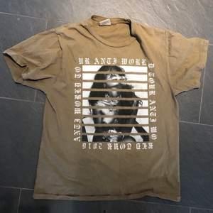 Suuupersnygg Rihanna Anti World Tour Merch-T-shirt köpt på hennes konsert i Stockholm 2016!! Storlek M. Använd endast ett fåtal gånger och en av gångerna i närheten av Rihanna själv😉