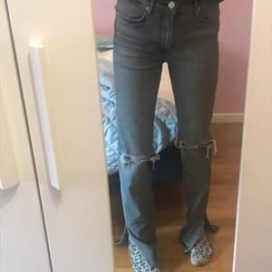 Säljer dessa skitsnygga gråa Zara jeans med slits och hål. Använda några gånger men fint skick. Dock lite upptrampade längst ner. 200 kr + frakt (priset går att diskutera) 🙂💕 Storlek 36