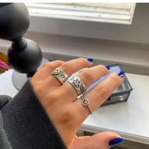 Supercool smiley ring som it kommer till användning💗💗 frakten ingår ej! SÄLJER DEN MED GULDIG SMILEY