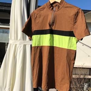 Enkel T-shirt från asos. Najs brun färg meden jättesnygg liten krage och dragkedja. Säljer den då jag inte använder den.                                                       Cond: 7/10                                                                         Storlek: Small