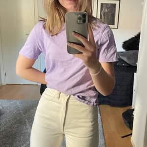 Lavendel lila t-shirt från Nyden i storlek xs<3 Frakt är inkluderat i priset