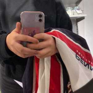 Säljer nu denna as balla jackan!! Overzised och skulle säga att den passar inprincip alla storlekar mellan s-m ❤️ Fickorna är tyvärr sönder inuti men inget som syns, väl använd vilket syns på bilderna