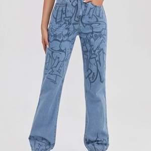 Jätte fina jeans från shein sitter jättebra men är tyärr lite förlånga för mig och stora i midjan dem är en storlek S (jag är 159) köpte dem för 239 kr satte priset på 190 men har du ett annat förskag kan vi diskutera det🥰