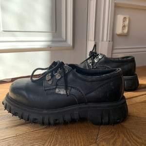 Sjukt snygga svarta kängor i strl 41/42. Lite slitningar på ena skon.