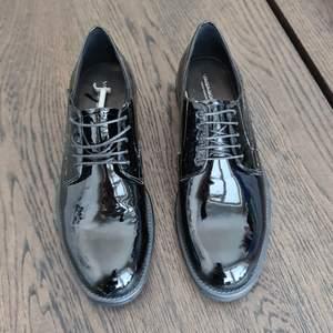Helt oanvända skor ifrån Vagabond i strl 38. Köpta för 899 kr på Scorett. Säljes för 200 kr. Frakt tillkommer om de ska skickas :)
