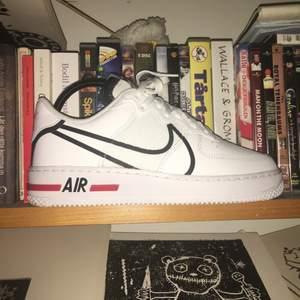Helt nya Nike air force 1 react skor i storlek 40.5                                                                               Säljer Pga fel storlek. Kan både skicka och mötas upp i Stockholm. Säljs med kartongen.                                                   NYPRIS - 1300