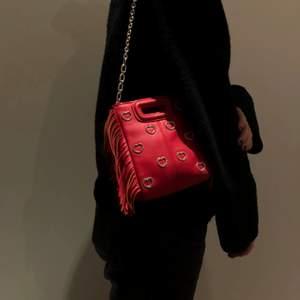 Säljer denna unika väskan ifrån maje Paris. Superbra skick då den köptes i höstas. Man får med båda banden. Frakt ingår vid snabb affär