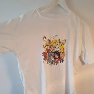 En ny och oanvänd t-shirt med Sailor Moon på. T-Shirten är i världens mjukaste material och sitter bekvämt. Storleken är L men passar small och medium för storleken är inte oversized. 1 t-shirt=125:-, 2 t-shirt=200:-, 3=300 :-🌸