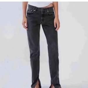 Säljer de populära zara jeansen med slits! De är medelhöga i midjan. Buda från 300