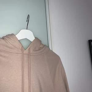 Beige hoodie som drar åt det rosa hållet. Jättebra skick, endast använd några få gånger så gott som ny. Kommer från H&M och kostar 200kr nypris. Den är storlek L fast inte oversized så passar bra för XS, S och M om man vill ha den lite större än som en vanlig tröja💞