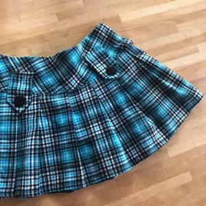 Supersnygg blårutig kjol jag tyvärr inte får användning av😢 ungefär 72 i midjemått och 30 i längd