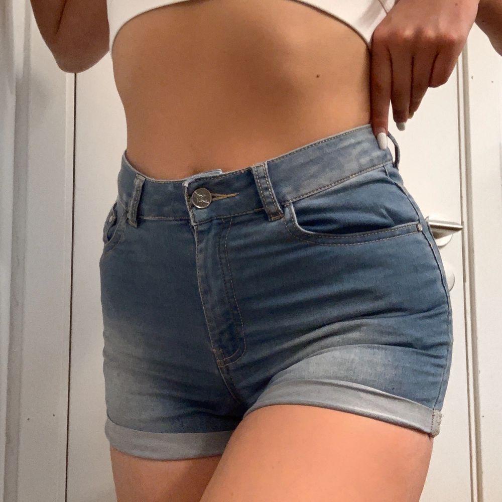 Högmidjade jeansshorts från BikBok i strl S. Denna modellen finns inte längre i deras sortiment. Knappt använda. Nämn ett pris som känns rimligt för dig vid intresse! Meddela mig för fler bilder eller frågor!. Shorts.