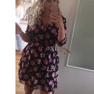 Jättesöt blommig klänning från HM använd fåtal gånger🌸 Stl M