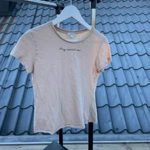 T-shirt från Monki i storlek S. Använts några gånger men är i bra skick!   Vid leverans skickas enbart spårbart (51 kr)