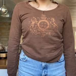 Säljer min bruna vintage tröja från ginatricot. Ett gulligt tryck i brons/glitter färg. Köparen står för frakt :)