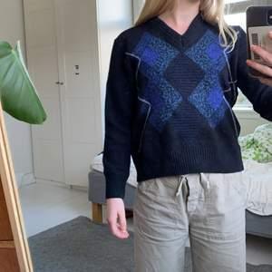 Stickad trendig tröja, det ska vara en M men skulle säga mer att den sitter som en S💙