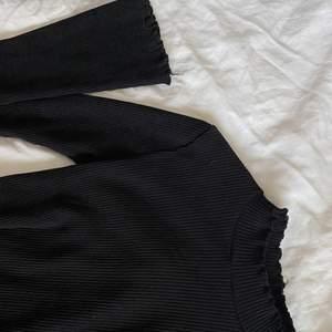 Inprincip ny, svart thaigt med lite vida ärmar och lite högre i halsen, passar xs-s