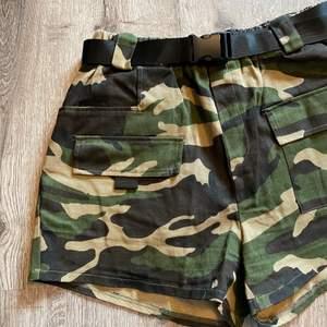Shorts med skärp i midjan. Storlek L, har använts som ett par oversized shorts på mig som vanligtvis är S/M. Använda ca 3-4 gånger. Fraktavgift tillkommer. Skicka privat meddelande om du har några frågor💕