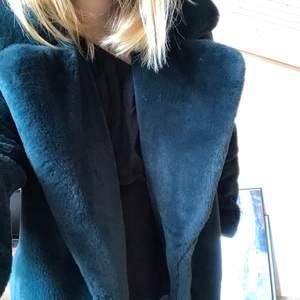 Mörkgrön faux fur jacka från Vero Moda. Helt ny och kommer tyvärr inte till användning! Strl S💕 Nypris: 600 kr