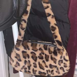 Axelväska med leopardpäls (fake såklart)! Köparen står för frakten på 45kr! Budet börjar på 50kr!🤍🤍🤍
