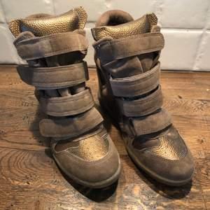 Helt nya skor med kilklack, stl 38 kan skicka fler bilder.