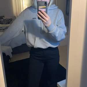 Super skön hoodie ifrån hm med ett litet tryck på vänstra sidan. 90kr+frakt😀