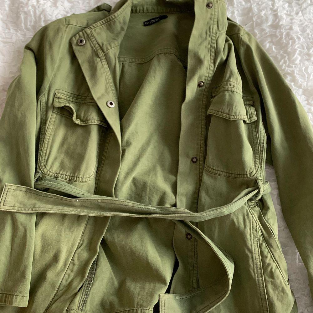 Militärgrön vårjacka från Rut & Circle. Använd fåtal gånger med normalt slitage. Storlek S. . Jackor.