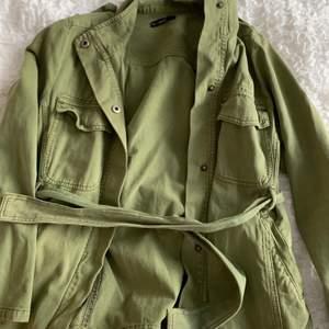 Militärgrön vårjacka från Rut & Circle. Använd fåtal gånger med normalt slitage. Storlek S.