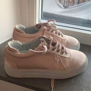 Ljusrosa Axel arigato skor i storleks 37. Använda en gång så de är i väldigt bra skick. Frakten ingår i priset 🌸
