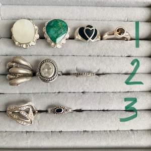 LÄS HELA ANNONSEN VID INTRESSE🌼                               Jättefina vintage stämplade silverringar i olika skick och storlekar! På FÖRSTA bilden ser ni vilken pris klass dem tillhör KLASS 1=180/st KLASS 2=130/st KLASS 3=100kr/st!    På ANDRA bilden ser ni storlekarna! Har försökt mäta och skriva på bilden så gått det går men har ni frågor hör av er! SKICKA SCREENSHOT PÅ RINGEN DU ÄR INTRESSERAD AV och ifall fler är intresserade av samma är det högsta bud som vinner!😊💕