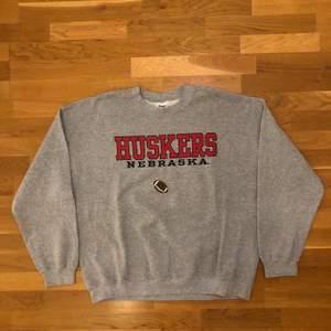 Säljer denna vintage college sweatshirt från Nebraska universitys fotbollslag. Tröjan är i ok vintage skick, tröjan har lite flaws. Till exempel är tröjan lite nopprig, har lite fläckar och har en fläck inuti tröjan. Det är dock inget som förstör helheten av tröjan och fläcken går nog bort i tvätt. Allt är reducerat i priset och det är bara att skriva om du skulle vilja ha bilder. Utöver det är det en riktigt stabil college sweatshirt. Tröjan är XL men skulle säga att den L. Det är bara att skriva om du undrar något, läs gärna bio innan dock 🌱💫🌎