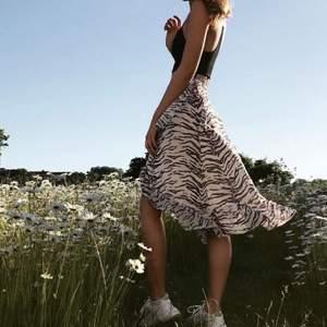 Superfin kjol från BikBok i zebramönster! Använd fåtal gånger 💕 Åtdragbara snören i midjan, man knyter där man själv vill att den ska sitta därav passar den många storlekar!