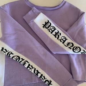 En ljus lila tröja med coola tryck på ärmarna💗 Köpt på Carlings för cirka 300kr💗 Bra sick!!!!