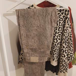 Sköna byxor från märket cappuccini. Fint tryck med snakeprint och dragkedjedetaljer på fickorna. Rak modell med normal midja. Är en perfekt längd på mig som är 169 cm.