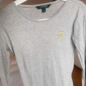 Äkta Ralph Lauren tröja använd en gång så den är i princip nyskick. Ljusgrå färg och men långa ärmar