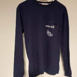 Långärmad t-shirt ifrån stone island, fint skick