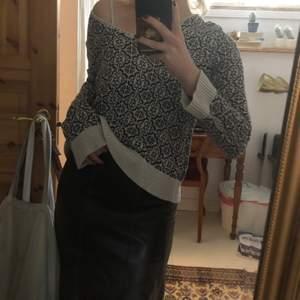 Söt tröja med svartvitt mönster <3 Skulle gissa storlek s/m