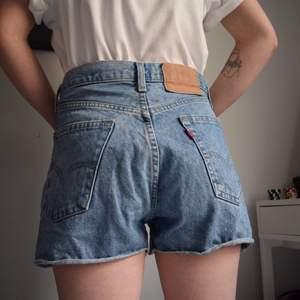 Ett måste inför sommaren 🙌🏽 Levis shorts som sitter som en smäck på en medium - liten large, men kan funka för mindre också om man vill ha en mer baggy fit. Stentvättade och skitsnygga 🌞 (obs: de sitter uppe med lite hjälp av klädnypor på modellen)