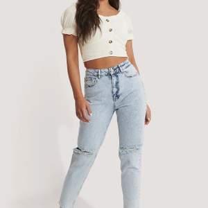 Riktigt snygga jeans från NA-KD, endast använda två gånger så i nyskick. Nypris 500 kr, frakt 79 kr 💜