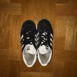 Jättecoola adidas gazelle sneakers! Aningen smutsiga men ingenting som inte går att få bort! Priset är exklusive frakt❤️