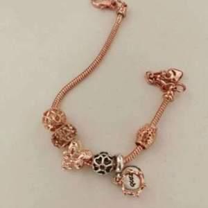 Snyggt armband som liknar Pandora. I roseguld och väldigt fint.