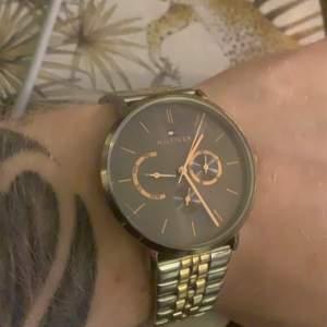 Säljer nu denna klocka av Tommy Hilfiger. Perfekt skick, fungerar felfritt. Nypris: 1899:-