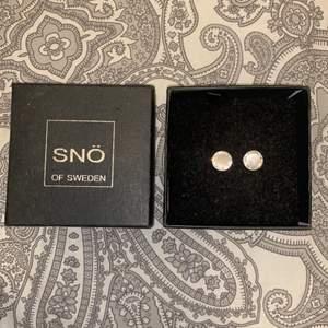 Oanvända örhängen i silver från snö of Sweden. 11mm i diameter. Inga skador. Säljs inte med förpackning. Pris diskuteras.