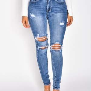 Snygga jeans med hål i storlek S, mörkblå färg som är snygga och är mellanmidjade. Helt OANVÄNDA. Bra material och sitter väldigt snyggt på. Passar alla längder och former!