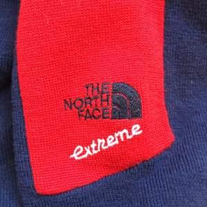 Blå och röd The north face tröja med en kort dragkedja vid halsen. Köpt på second hand, vet ej hur gammal. Storleken är XL men passar bra på S blir snyggt oversized. Fler bilder finns, skriv privat!