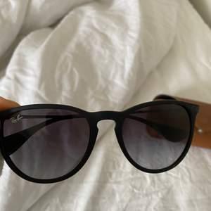 Ett par Ray Ban solglasögon i nyskick! Kommer med fodral och glasögonputsare! Knappt använda❤️