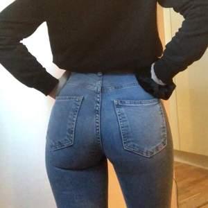 Blåa bootcut jeans från Gina tricot som är stretchiga och formar kroppen super fint. Dom är nästan oanvända och säljer då jag har ett par likadana, storlek xs men kan även passa s, skriv för fler bilder och säljer för 100+ frakt 💕💕