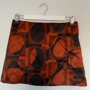 En kort mönstrad kjol från h&m. Säljs då den är för stor i storleken.