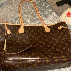 Vet inte hur man stavar men en LV väska köpt från secondhand vet inte om den är fake eller inte har haft den länge säljer den för 700 handtaget är lite slitet därför säljer jag den billig