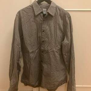 Svartvit rutig skjorta från GAP strl L i slim 🖤🐼  Pris: 69kr inklusive frakt📦